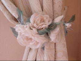 Выкройку на ткани раскладывайте только по косой линии.  Количество выкроек зависит от выбранного вида цветка.