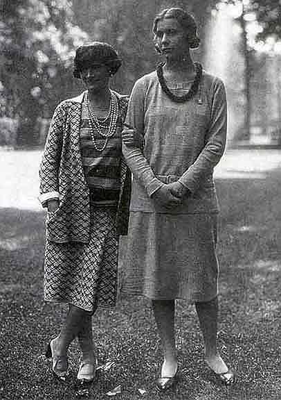 Трикотажная одежда (платья, джемперы, кардиганы, юбки), которую Шанель создала на основе спортивной мужской одежды...